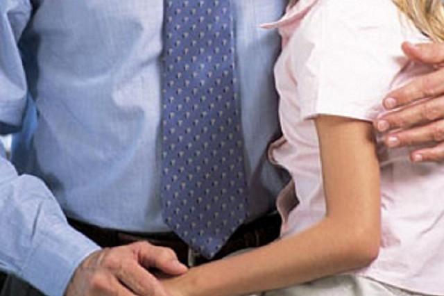Озабоченный отец привязывал трехлетних дочерей-двойняшек кстулу исовращал