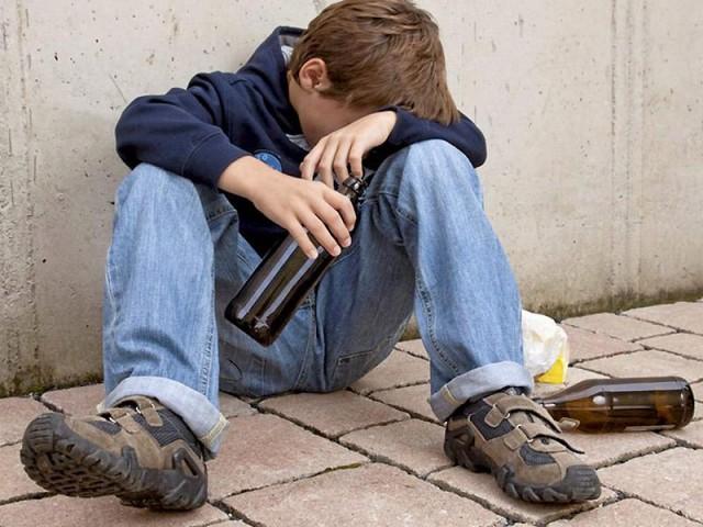 Пьяные подростки разбили стекло вмашине